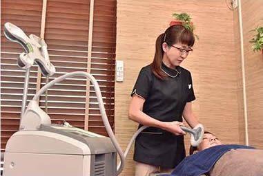 神谷チーフナース/しみ、くすみ、美肌用レーザー治療中。
