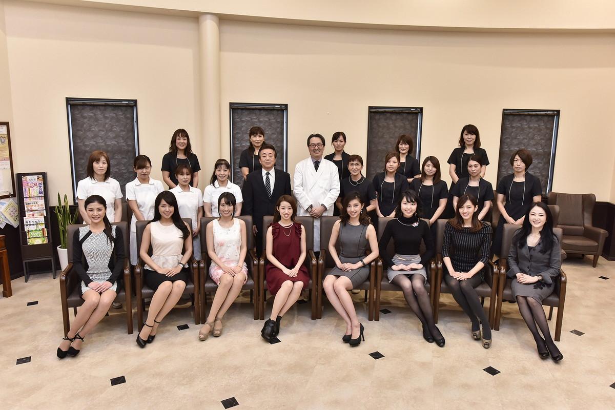 ミス・ユニバース栃木大会ファイナリストの皆様と当クリニックのスタッフ。